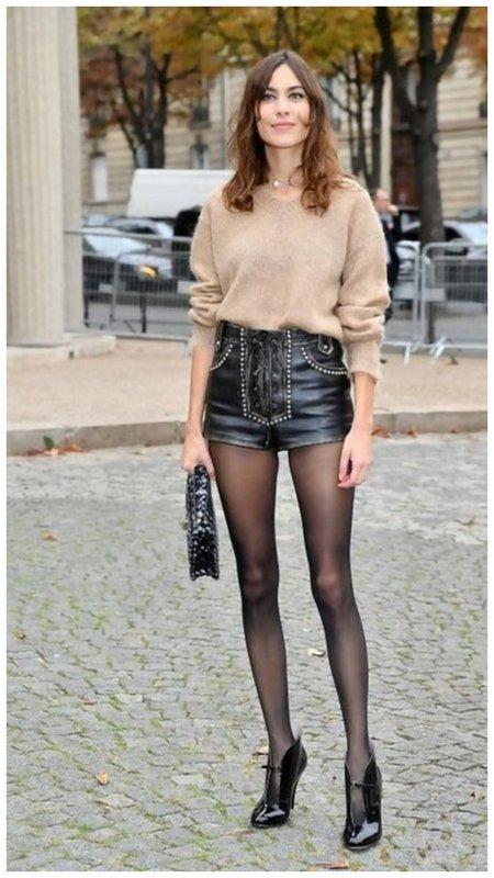 Очень короткие кожаные шорты