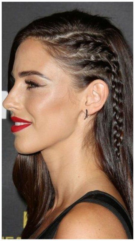 Красивая прическа на одну сторону для длинных волос с косой
