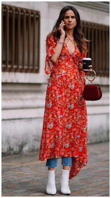 Платье с джинсами и ботильонами