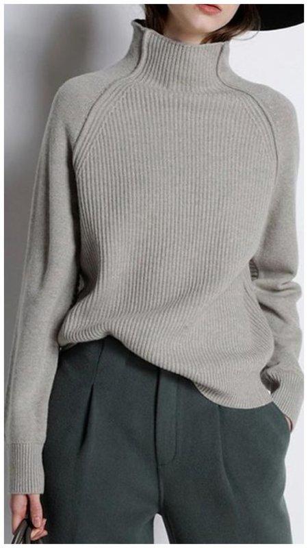 Как носит свитер с воротником стойка