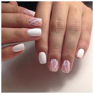 Геометрический маникюр с полосками в белом цвете