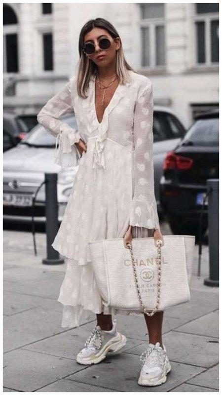 Белое платье и белые кроссовки