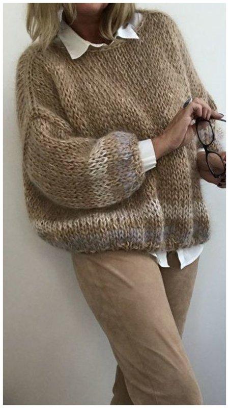 Модный свитер с акцентными рукавами