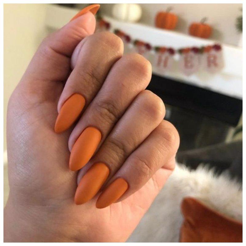 Матовые тыквенные ногти