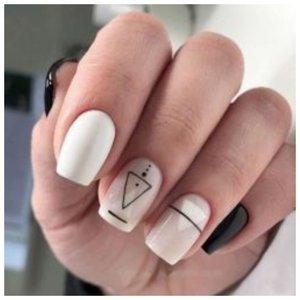 Белые ногти с геометрическими полосками