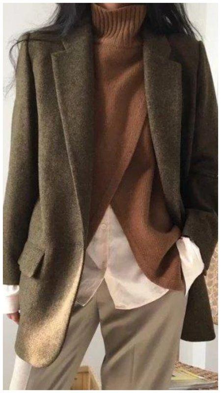 Красивый коричневый свитер с пиджаком