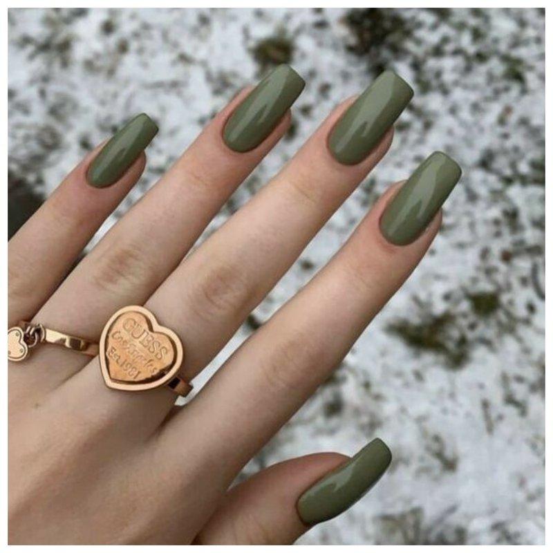 Длинные ногти с оливковым лаком