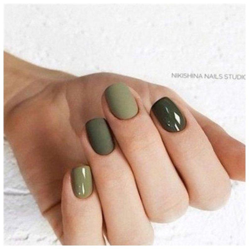 Разноцветные зеленые ногти