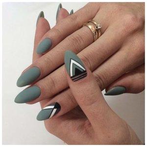 Маникюр с треугольниками