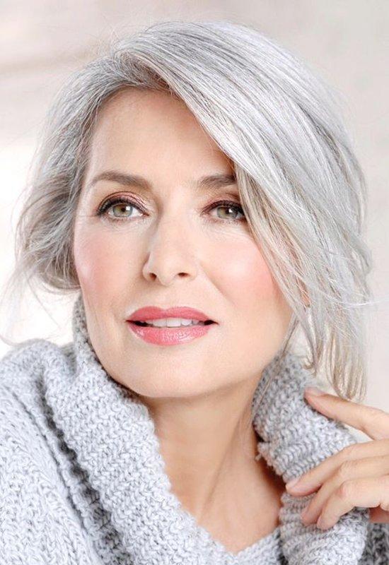 Женщина 50+ с красивыми бровями