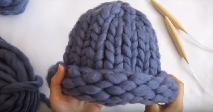 Красивая зимняя шапка из толстой пряжи