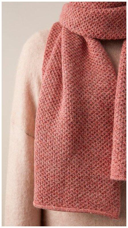 Коралловый вязаный шарф