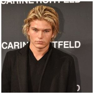 Мужчина со светлыми крашенными волосами