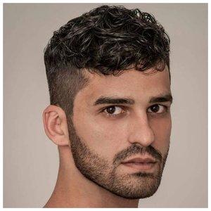 Стильная короткая стрижка для волнистых волос