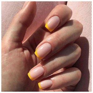 Маникюр желтым цветом в французском стиле