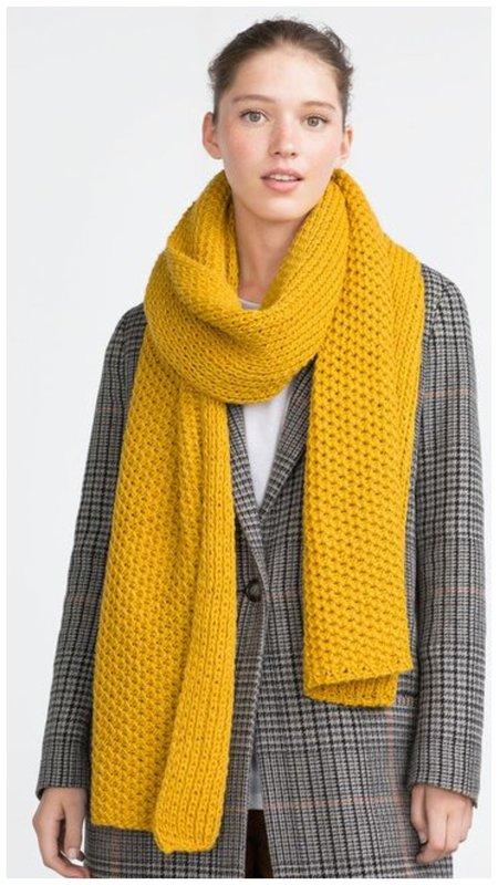 Длинный желтый шарф
