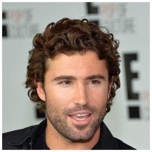 Красивый мужчина с кудрявыми волосами