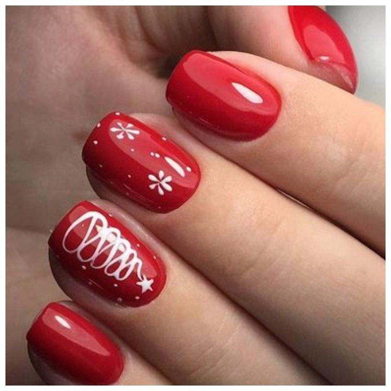 Красный новогодний маникюр с дизайном