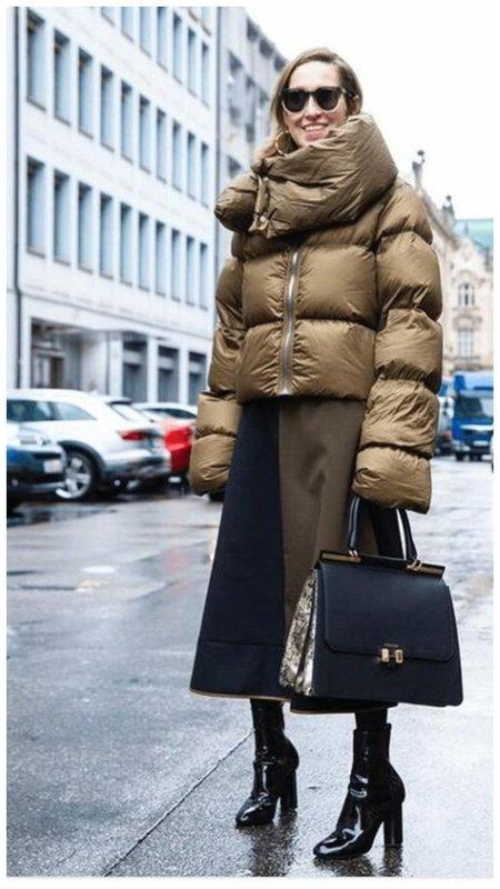 Как носить пуховик с элегантной сумкой