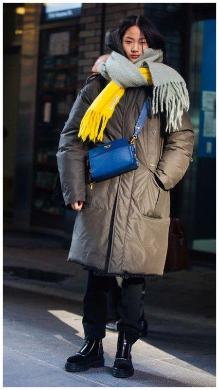 Как носить синюю сумку зимой