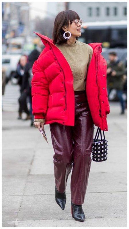 Образ с красным пуховиком и необычной сумкой
