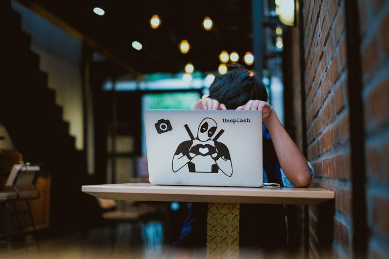 Работа с ноутбуком в кафе