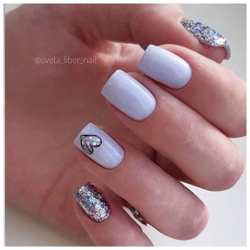 Сердце блестками на ногтях