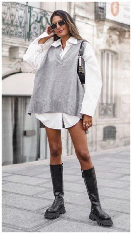 Трикотажный жилет и длинная рубашка с сапогами фото