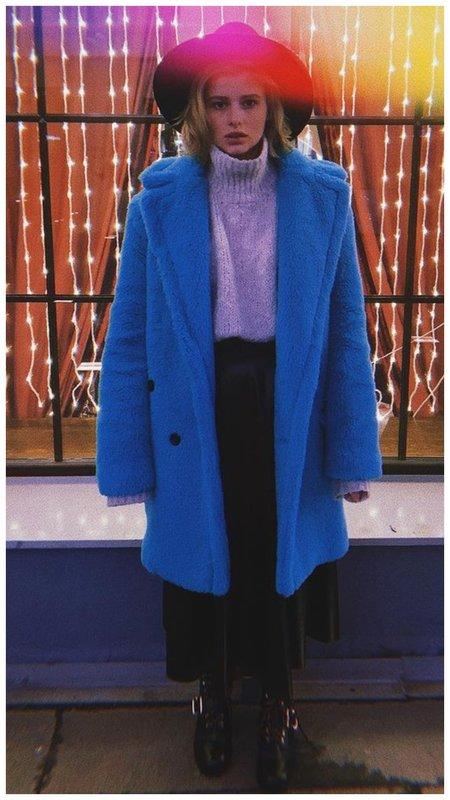 Александра Бортич синее пальто
