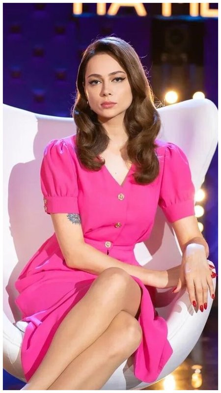 Самбурская в розовом платье