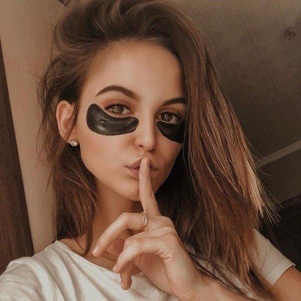 Девушка с патчами для глаз