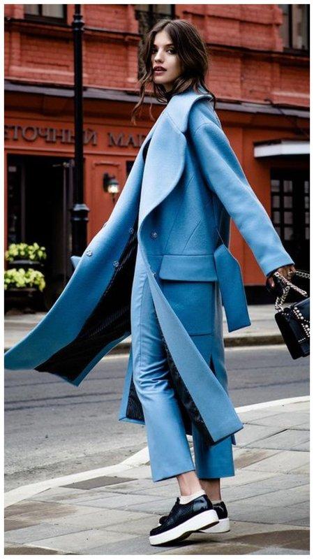 Анна Чиповская в голубом наряде