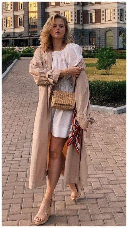 Саша Бортич в бежевом наряде