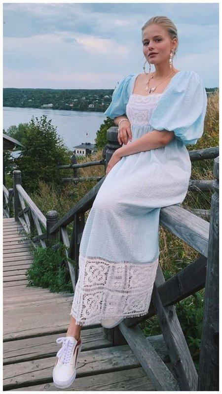 Саша Бортич в нежном платье