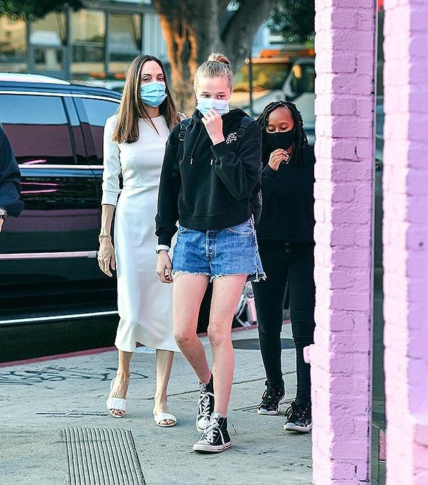 Шайло Джоли Питт на прогулке в коротких шортах