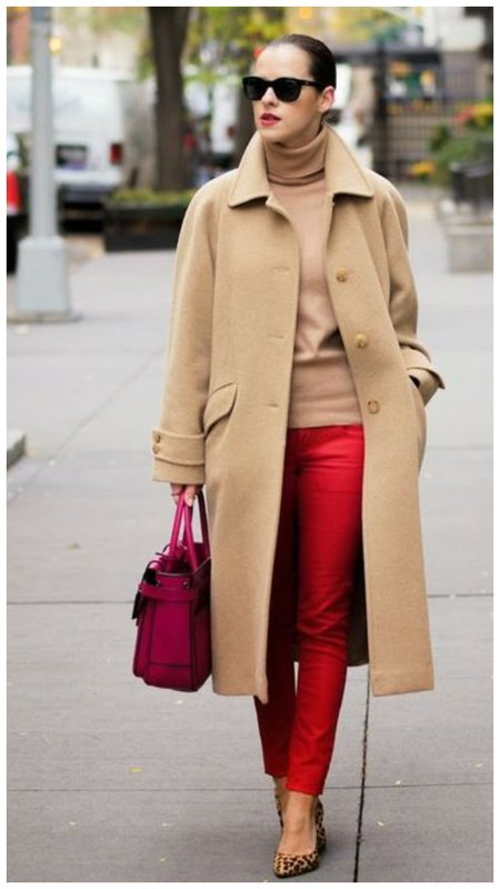 Красные брюки и бежевое пальто фото
