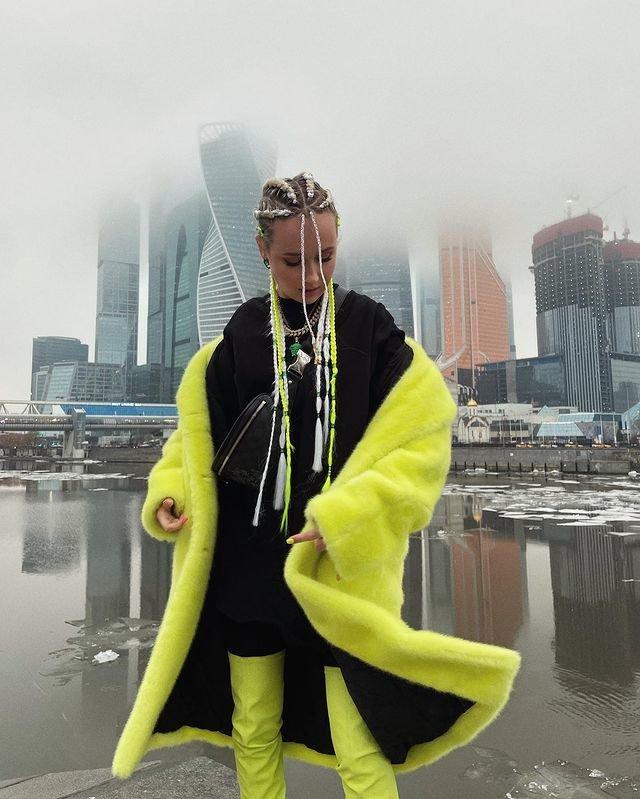 Клава Кока в желтом пальто фото