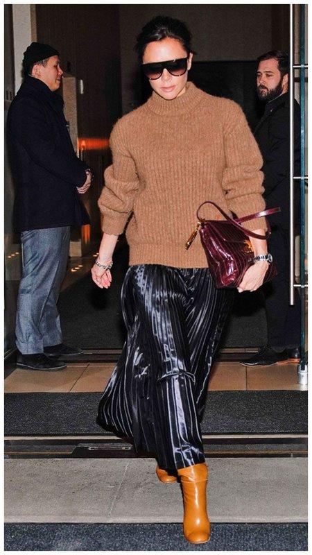 Виктория Бекхэм в юбке и свитере