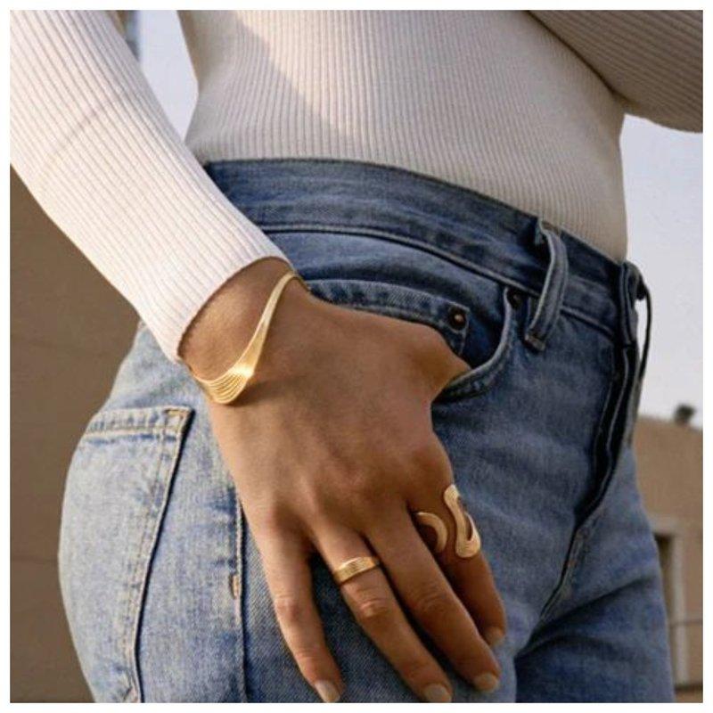 Красивые браслеты на руке девушки