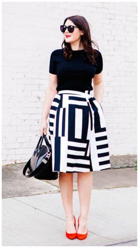 С чем сочетать черно-белую юбку