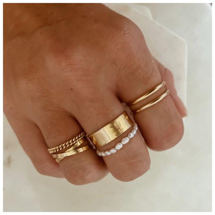 Стильные золотые кольца в минимлистичном стиле