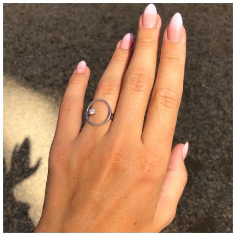 Кольцо с кругом и камнем в центре фото