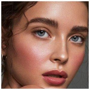 Легкий дневной макияж с персиковыми румянами
