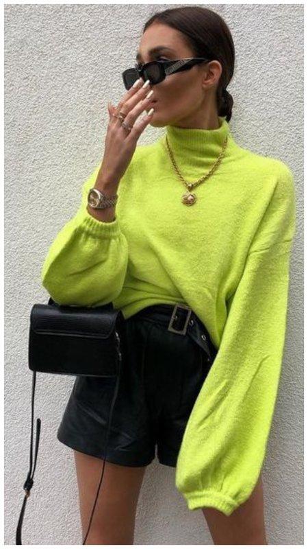 с чем носить салатовый свитер