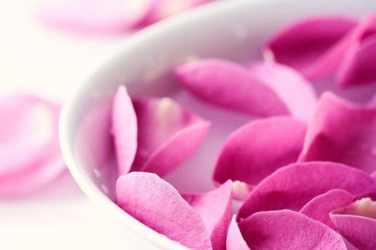 Умывание водой с розами