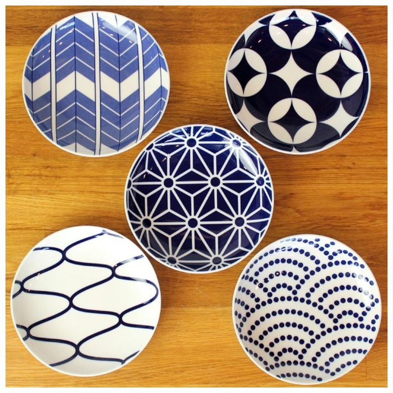 Тарелки сине-белого цвета фото