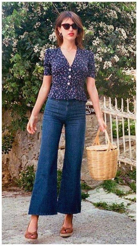 Джинсы с милой блузкой фото