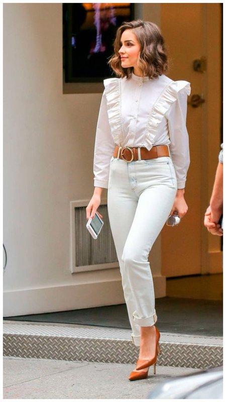 Светлые джинсы и блузка в романтичном стиле