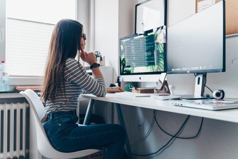 Девушка работает за столом