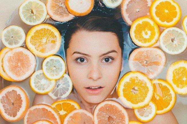 Девушка в ванной с цитрусовыми